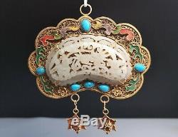 Pendentif Chinois En Argent Doré Ming Et Qing Incrusté De Jade Et Pierres Précieuses Kiln Et Fils Jade Jeton
