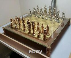 Un Jeu D'échecs Chinois Malléable Et En Plomb Argenté Avec La Planche Et La Boîte